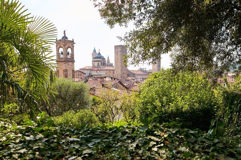 Bergamo Italien - Augusti 18, 2017: Slotten av La Rocca Bergamo lokaliseras i övredelen av staden på kullen av helgonet Eup fotografering för bildbyråer