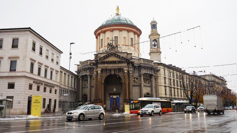 BERGAMO ITALIEN - DECEMBER 11, 2017: sikt av avenyn Papa Giovanni XXIII med kyrkan av Santa Maria Immacolata delle Grazie i B royaltyfri fotografi