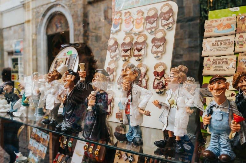 BERGAMO, ITALIEN - 16. JUNI 2016: Leutezahlen von verschiedenen Berufen auf Fensterschaukasten des Souvenirladens in der alten St lizenzfreie stockfotos