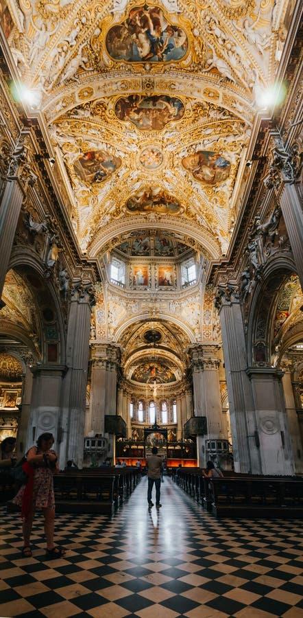 BERGAMO ITALIEN - JUNI 16, 2016: Turister besöker basilikadi Santa Maria Maggiore Kyrkan är romansk grekisk arkitektur, royaltyfria bilder