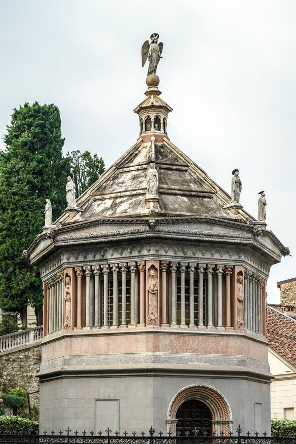 BERGAMO ITALY/EUROPE - OKTOBER 10: Baptistery av Santa Maria M royaltyfri fotografi