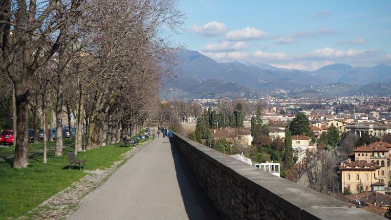 bergamo italy gammal town Det fot- området längs de Venetian väggarna royaltyfri bild