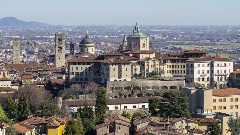 Bergamo Jeden piękny miasto w Włochy Krajobraz przy starym miasteczkiem od świętego Vigilio wzgórza zdjęcia stock