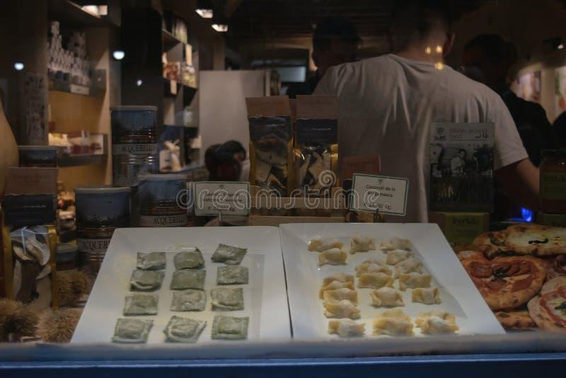 Bergamo, Lombardije, Italië, traditionele vleesravioli in de winkel w royalty-vrije stock afbeelding