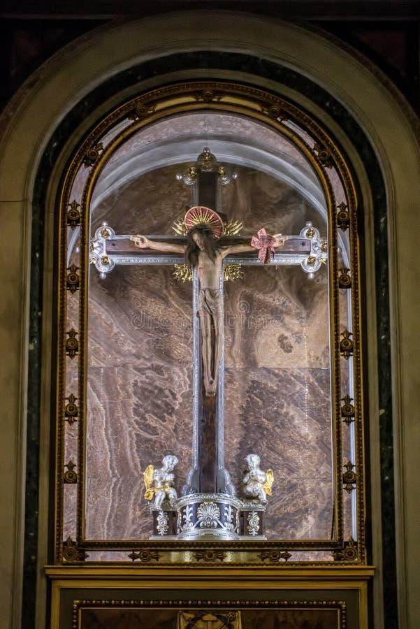 BERGAMO LOMBARDY/ITALY - JUNI 25: Staty av Kristus på crosna arkivfoton