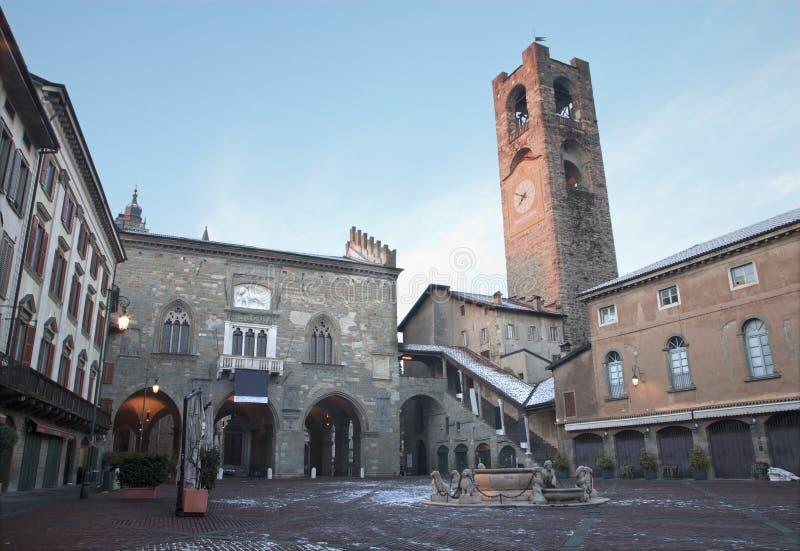 Bergamo - Piazza Vecchia i vinter royaltyfri fotografi
