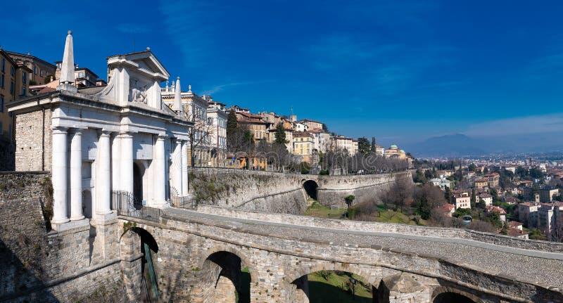 Bergamo Porta San Giacomo com as paredes que dividem a cidade superior do mais baixo imagem de stock