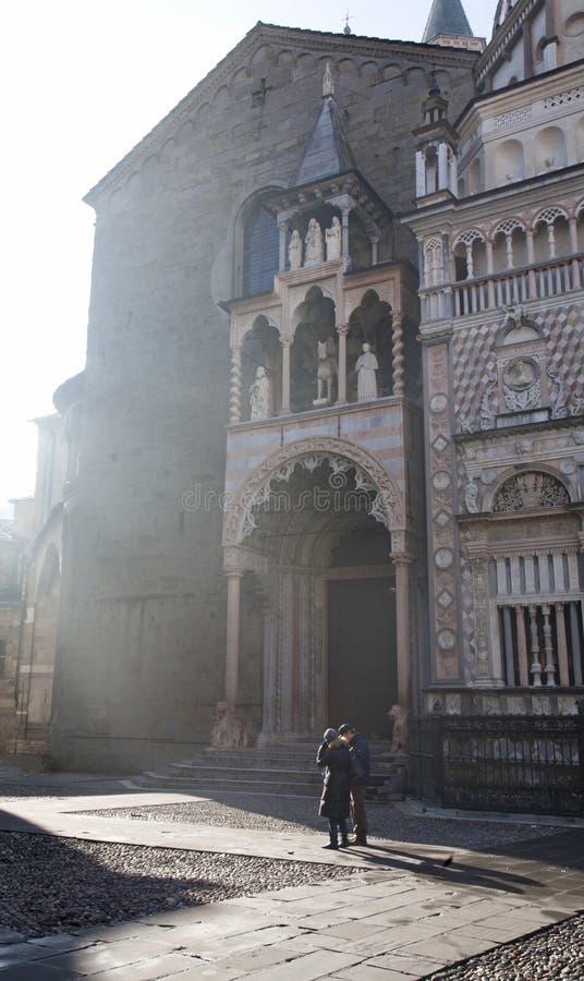 Bergamo - raios entre o domo e a catedral imagem de stock royalty free