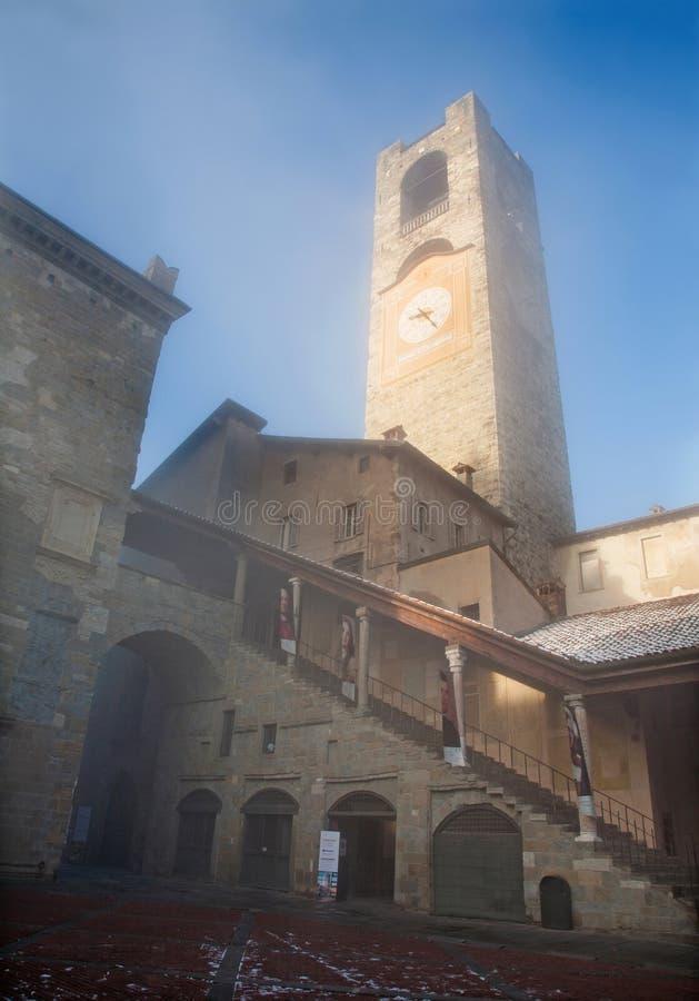 Bergamo - Torre del Comune na manhã do inverno no quadrado de Vecchia da praça imagem de stock royalty free