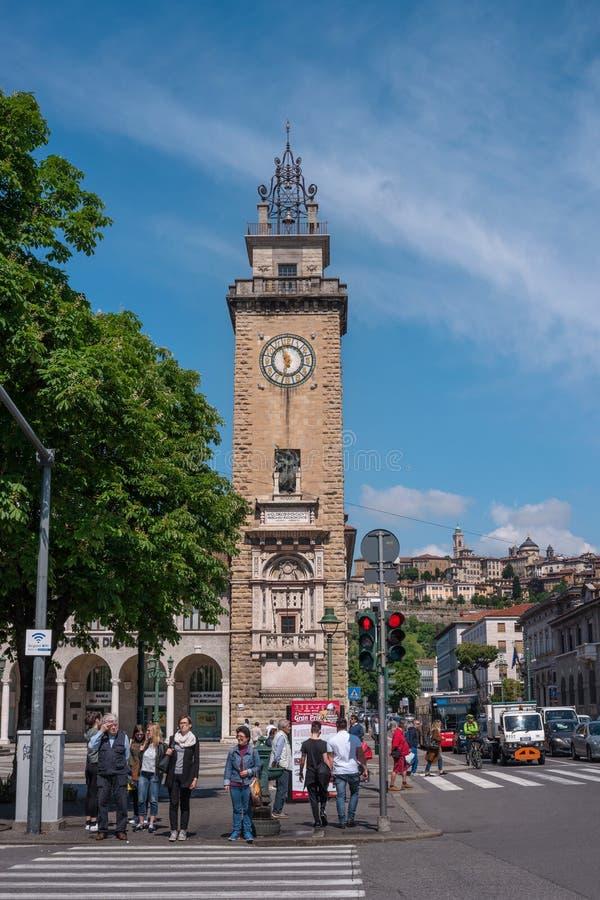 Bergamo Włochy, Maj, - 10, 2018: Wierza spadać w Bergamo śródmieściu W tle Górny miasto jest widoczny zdjęcia royalty free