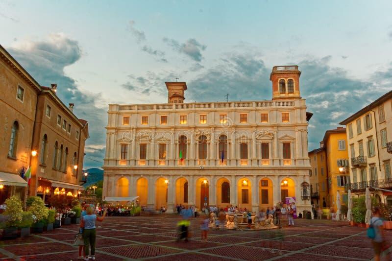 Bergamo, Włochy Sierpień 18, 2018: Nuovo pałac w Katedralnym kwadracie fotografia royalty free