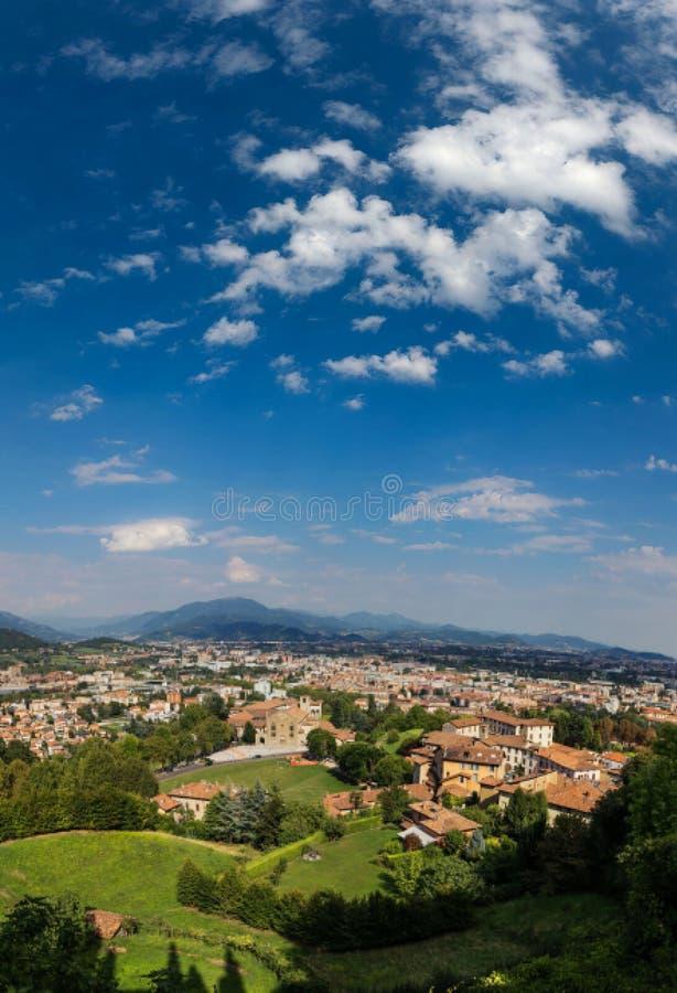 Bergamo Włochy, Sierpień, - 18, 2017: Panoramiczny widok miasto Bergamo od grodowych ścian obraz royalty free