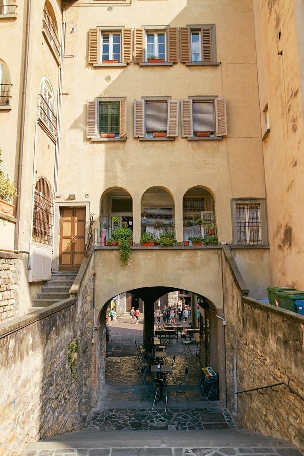 Bergamo Włochy, Sierpień, - 18, 2017: Piękny kamienia dom w spokojnej ulicie Bergamo obrazy stock