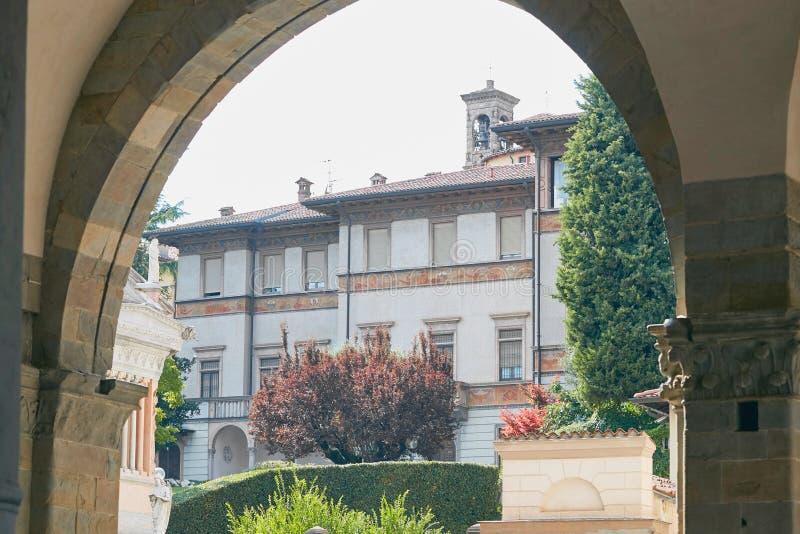 Bergamo Włochy, Sierpień, - 18, 2017: Piękny kamienia dom w spokojnej ulicie Bergamo zdjęcia stock