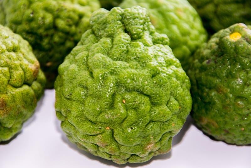Bergamot op de witte achtergrond Citrusvruchtenbergamia, de bergamotboom is een geurige citrusvrucht met een gele of groene kleur royalty-vrije stock foto's