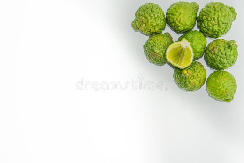 Bergamot p? den vita bakgrunden Den citrusa bergamiaen, bergamotapelsinen är en doftande citrus med en guling eller en grön färg arkivfoto