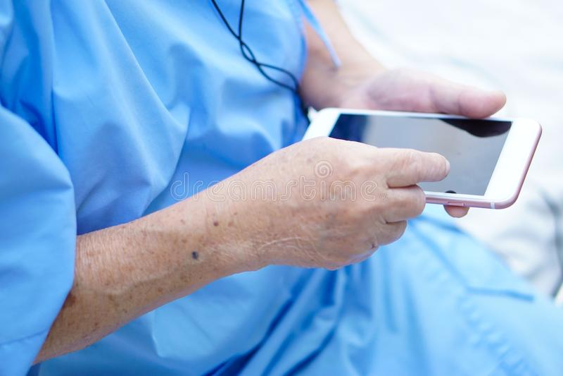 Bergamota fresca con la diapositiva en el fondo blanco Paciente mayor o mayor asiático de la mujer de la señora mayor que habla p fotografía de archivo libre de regalías