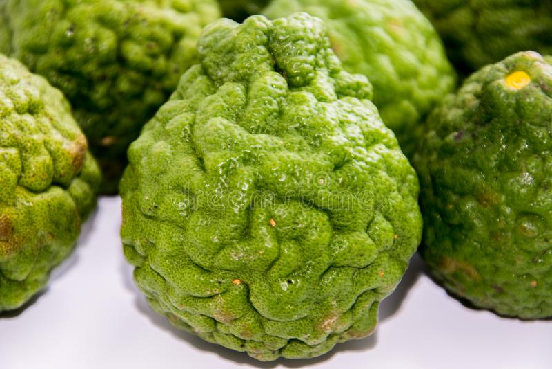 Bergamote sur le fond blanc Le bergamia d'agrume, l'orange de bergamote est un agrume parfumé avec un jaune ou une couleur verte photos libres de droits