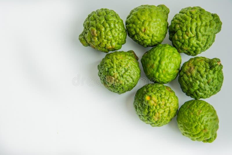 Bergamote sur le fond blanc Le bergamia d'agrume, l'orange de bergamote est un agrume parfumé avec un jaune ou une couleur verte photo libre de droits