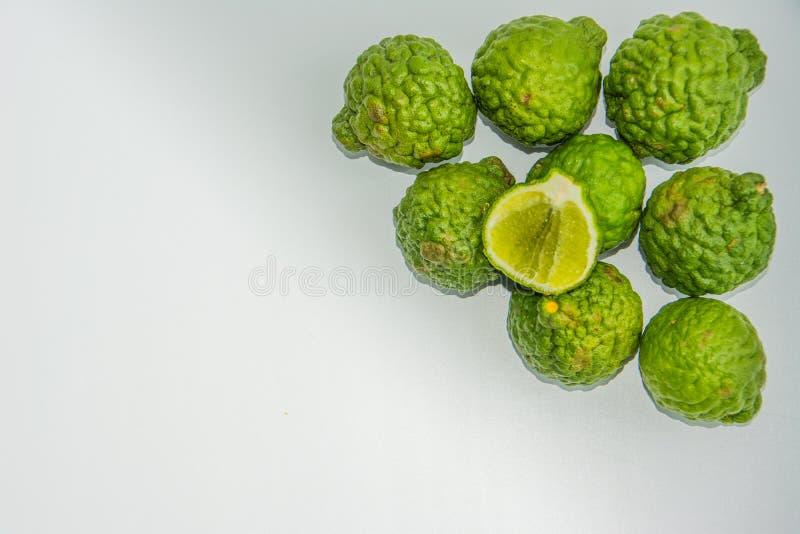 Bergamote sur le fond blanc Le bergamia d'agrume, l'orange de bergamote est un agrume parfumé avec un jaune ou une couleur verte photographie stock