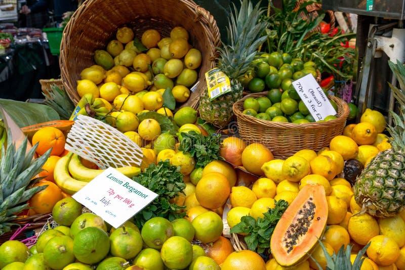 Bergamotto del limone su esposizione al mercato della città fotografie stock