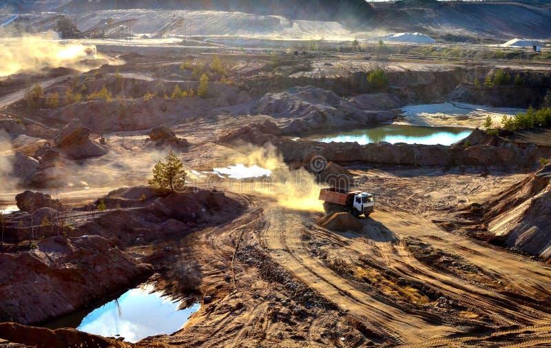 Bergbaukipplastertransporte Sand und Mineralien im Steinbruch lizenzfreies stockfoto