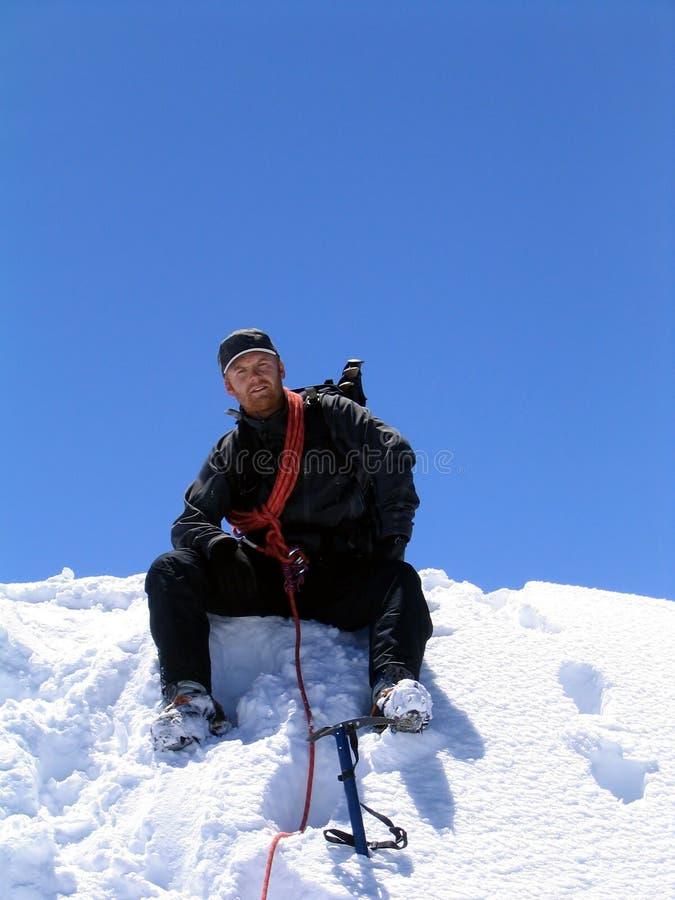 Bergbeklimmer bij de top stock afbeeldingen