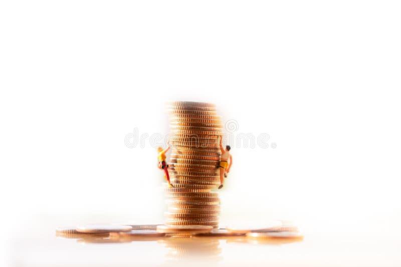 Bergbeklimmer die een stapel van muntstukken beklimmen Het Plan van het pensioneringsgeld en de besparingengroei royalty-vrije stock afbeeldingen