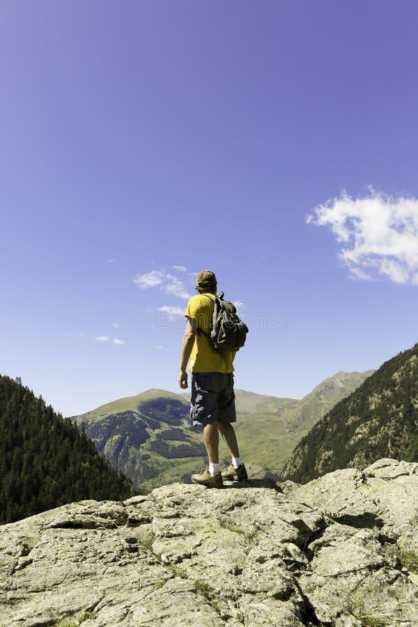 Bergbeklimmer die van de mening genieten stock afbeeldingen
