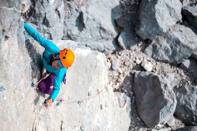 Bergbeklimmer in helm royalty-vrije stock foto's