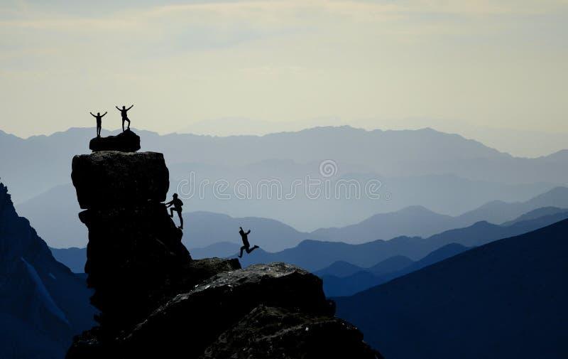 Bergbeklimmers die bij top vieren royalty-vrije stock foto's