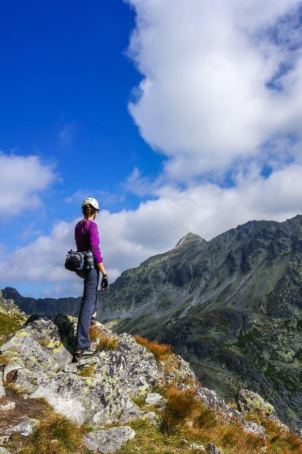 Bergbeklimmervrouw met helm stock foto's