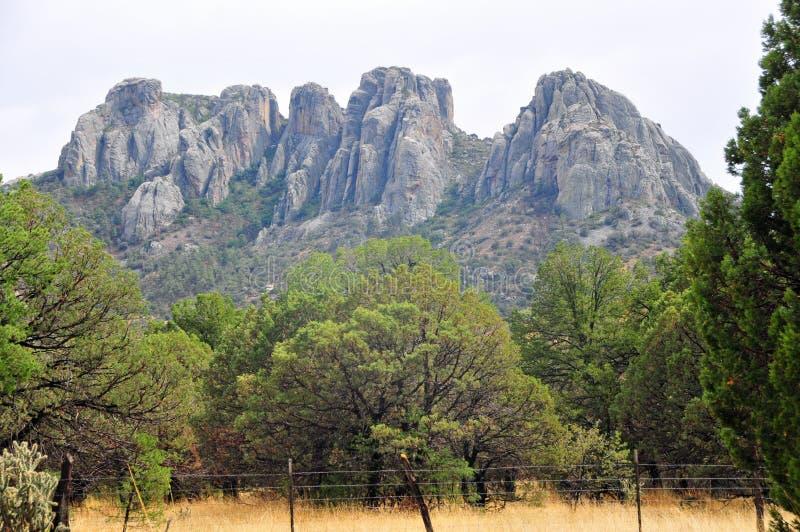 Bergblick auf offener Strecke stockbild