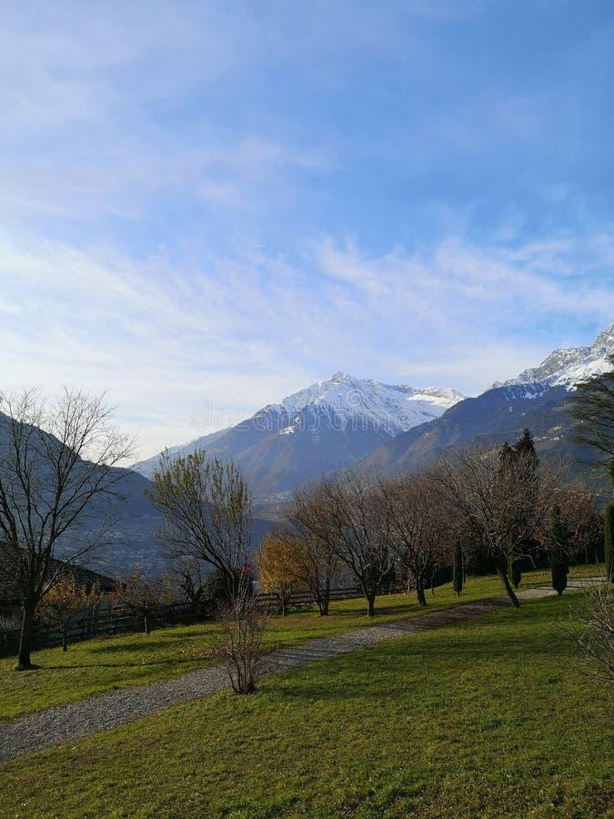 Bergblick bei schönem Wetter lizenzfreie stockbilder