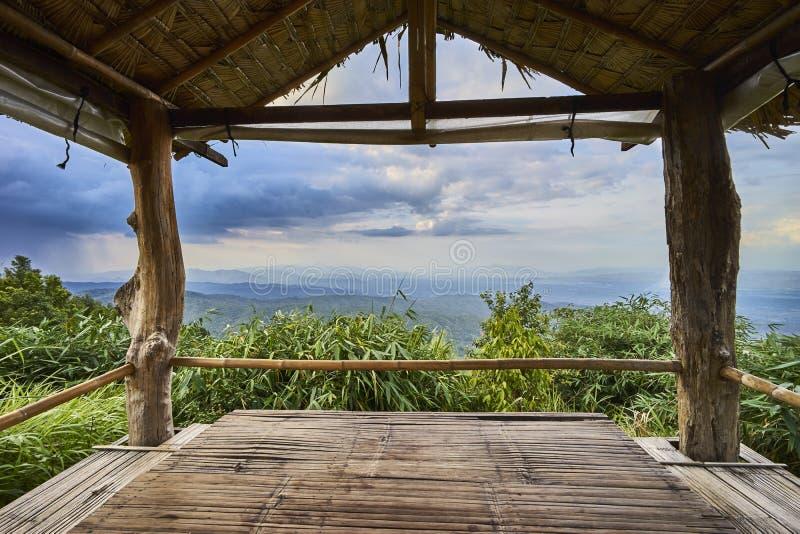 Bergblick durch Gazebo lizenzfreies stockbild