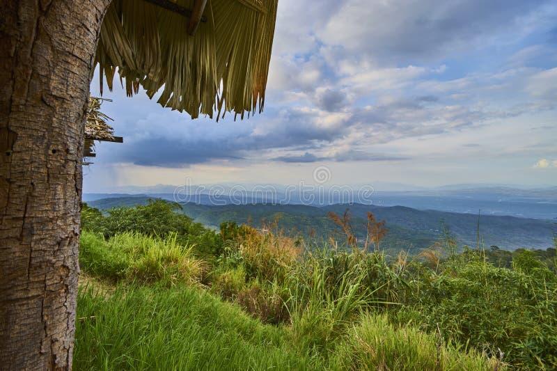 Bergblick durch Gazebo stockbild