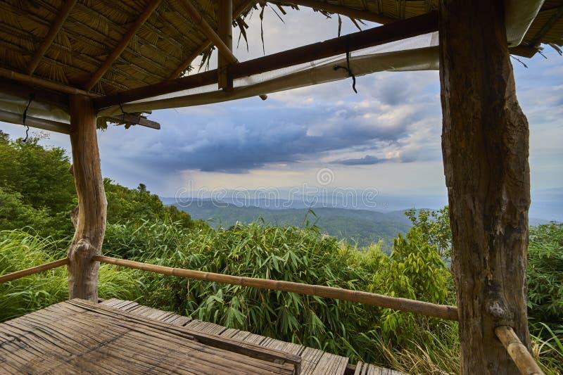 Bergblick durch Gazebo stockfotografie