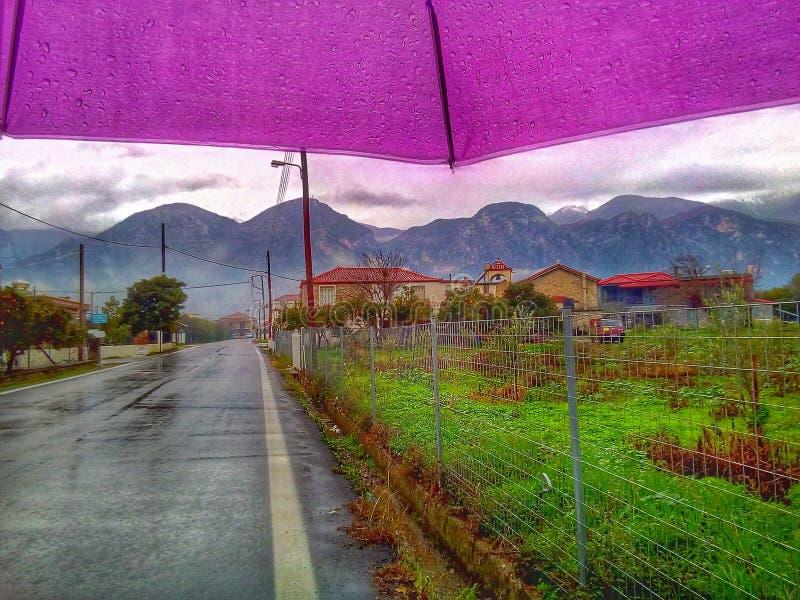 Bergblick unter Regenschirm stockbilder