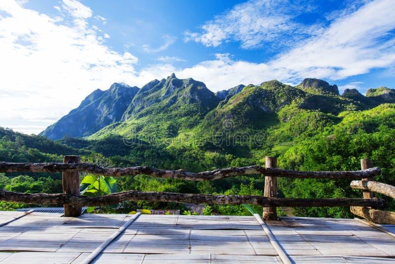 Bergblick vom hölzernen Balkon stockbilder