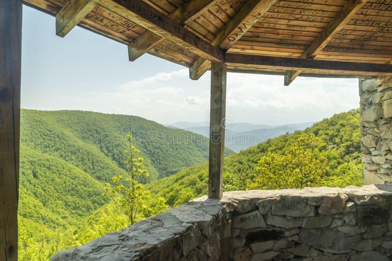 Bergblick von einem Gazebo stockfoto