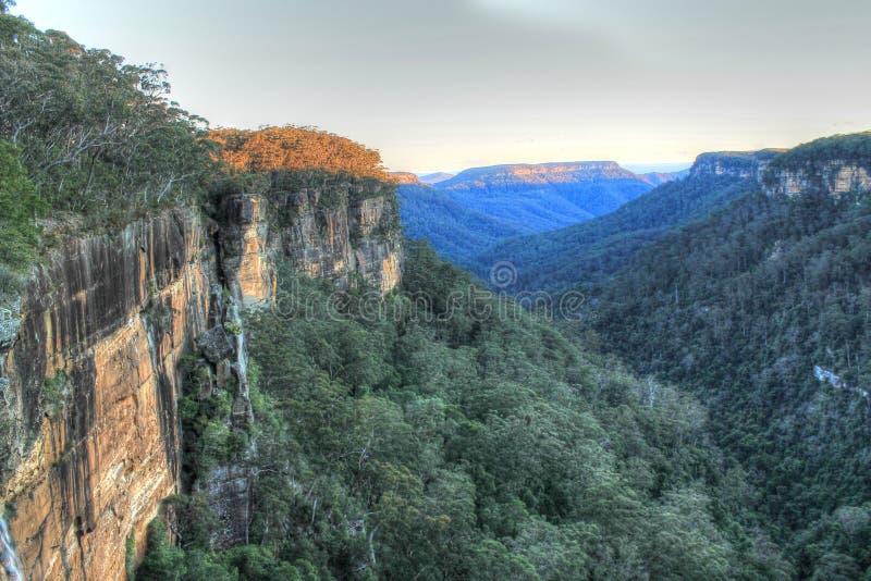Bergblicke über dem Tal/dem Sinkkasten stockfotos