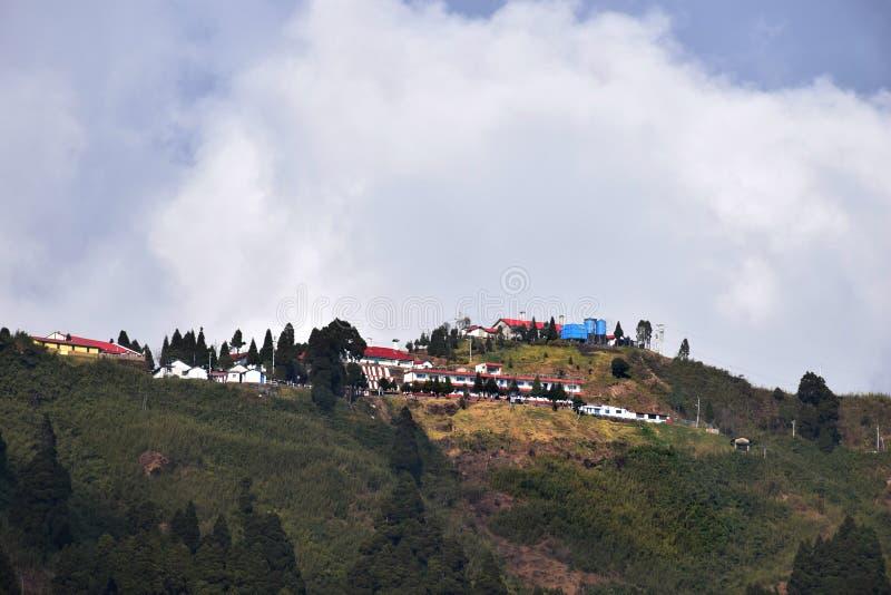 Bergblicklandschaft mit weißen Wolken stockfoto