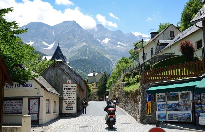 Bergby Gavarnie i Pyreneesna royaltyfria foton