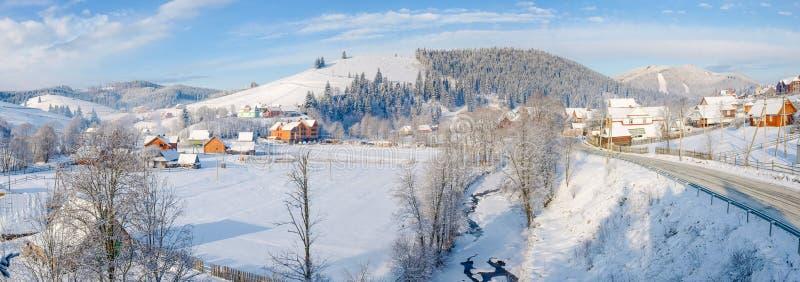Bergby i de Carpathian bergen i vinter royaltyfria foton