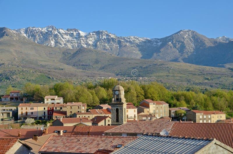 Bergby i mitt av Korsika arkivbild