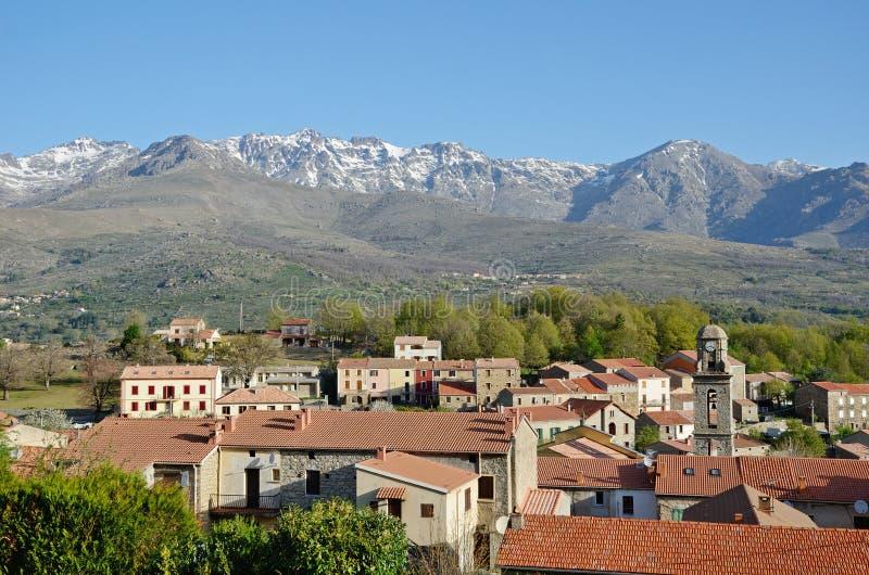 Bergby i mitt av Korsika arkivfoton