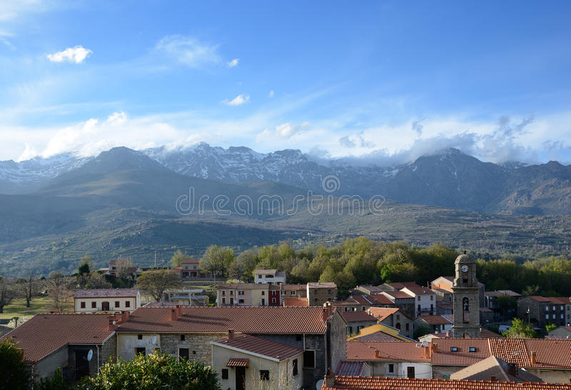 Bergby i mitt av Korsika arkivfoto