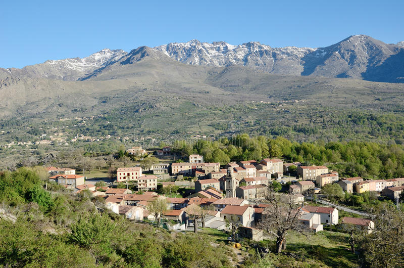 Bergby i mitt av Korsika royaltyfri foto