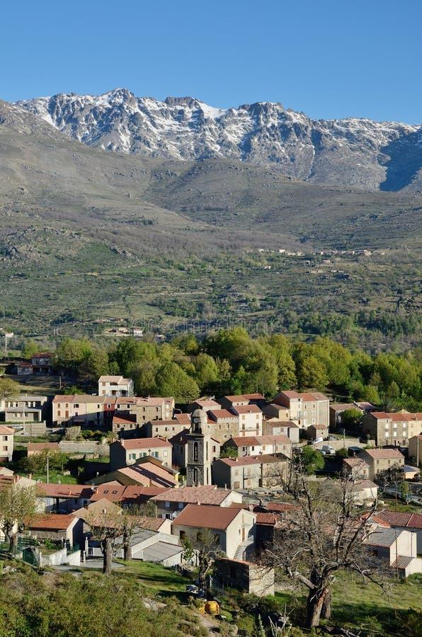 Bergby i mitt av Korsika royaltyfri fotografi