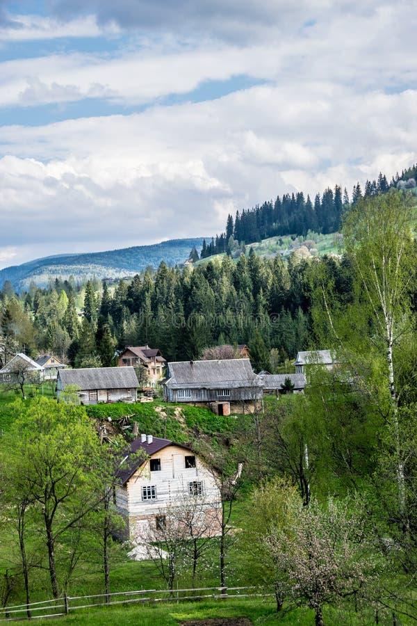 Bergby Mykulychyn i Carpathians royaltyfria foton